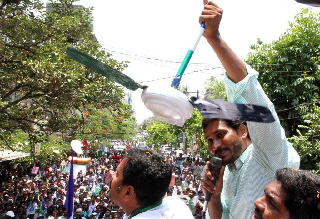 YS Jagan Mohan Reddy and Sharmilas poll campaign Gallery