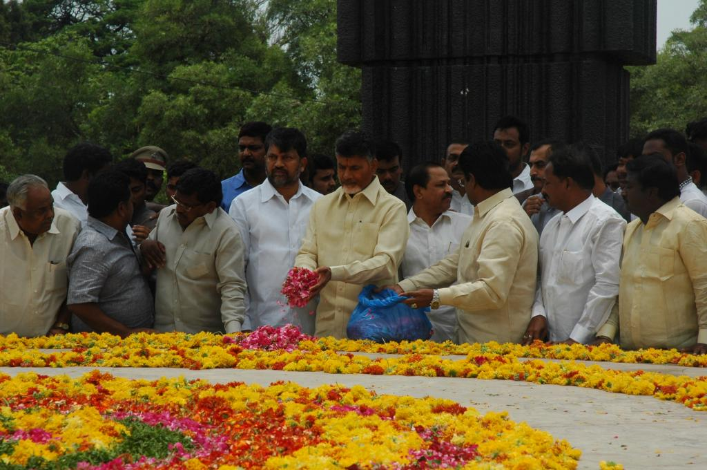 N.Chandrababu Naidu Paying Tributes to Sri NTR at NTR Ghat on 08.06.2014 Gallery