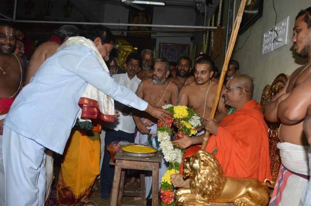 TS CM KCR taking blessings from Ahobila Muth peetadhipati at DD Colony 0n 22.09.14 Gallery