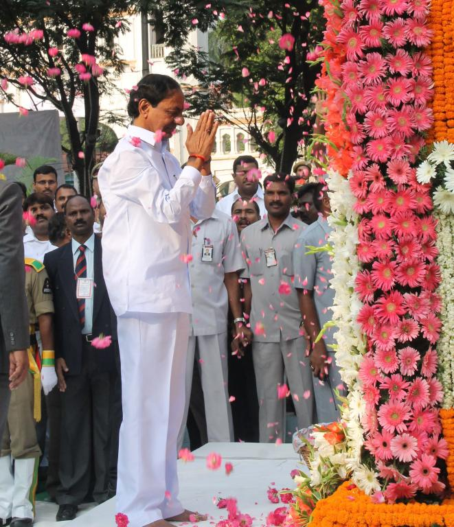 TRS president KCR before take oath offering flower tribute to Telangana Martyrs memorial Gun Park Ga