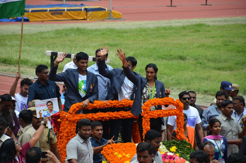 Olympic silver medallist PV Sindhu, arrived in Hyderabad on Monday morning, got a warm welcome while going to Gachibowli stadium with her coach Pullela Gopichand for the felicitation ceremony in stadium