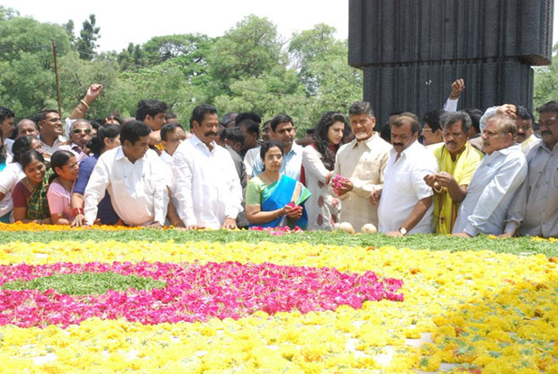 Chandrababu Naidu Paying Tributes at NTR Ghat Photos Gallery