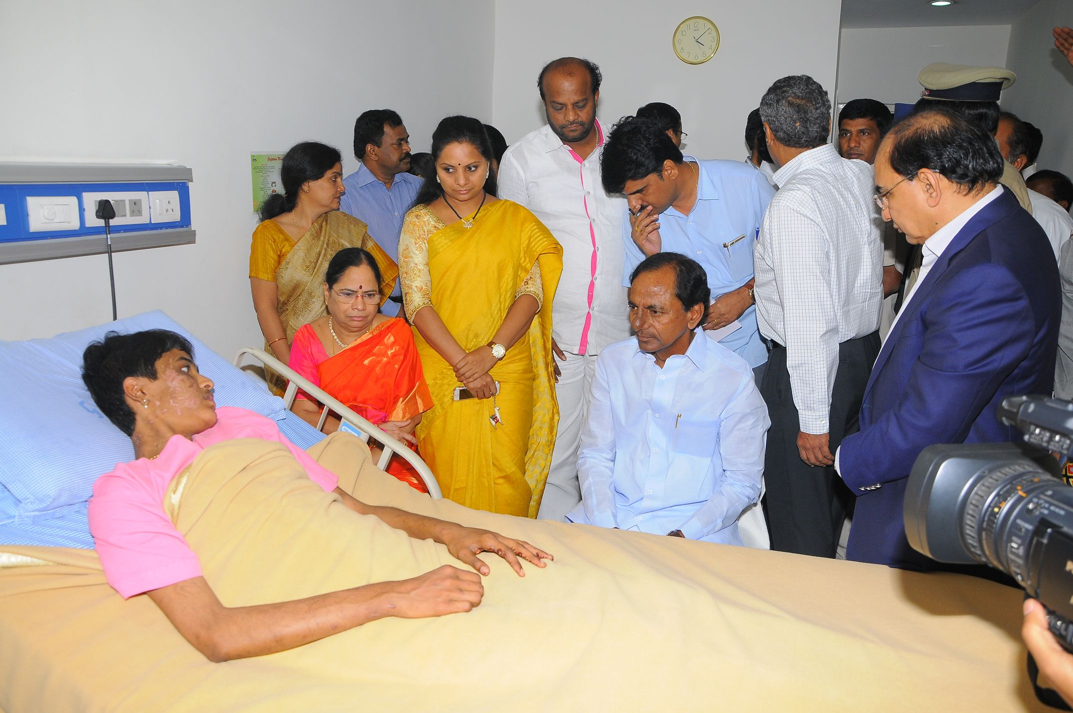 TS CM KCR meets battered girl Pratyusha with family at Global hospital on 18-7-2015.