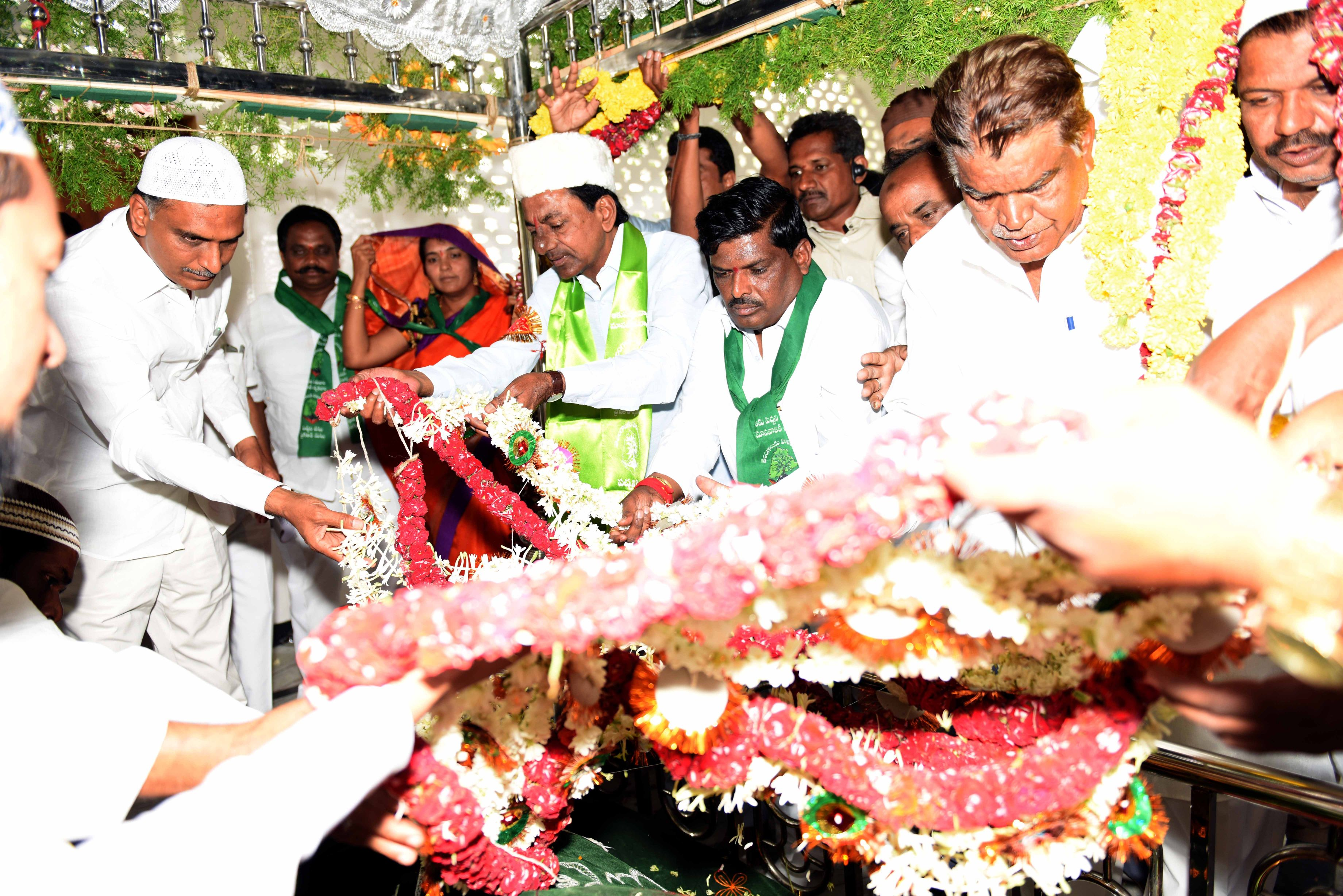 TS CHIEF MINISTER K.CHANDRASHEKHAR RAO VISITED HAZART SYED MURAD ALI SHAH SAHEB DARGAH PATANCHERU AND ALSO PARTICIPATED TREE PLANTATION PROGRAMME ON 11-7-2015.