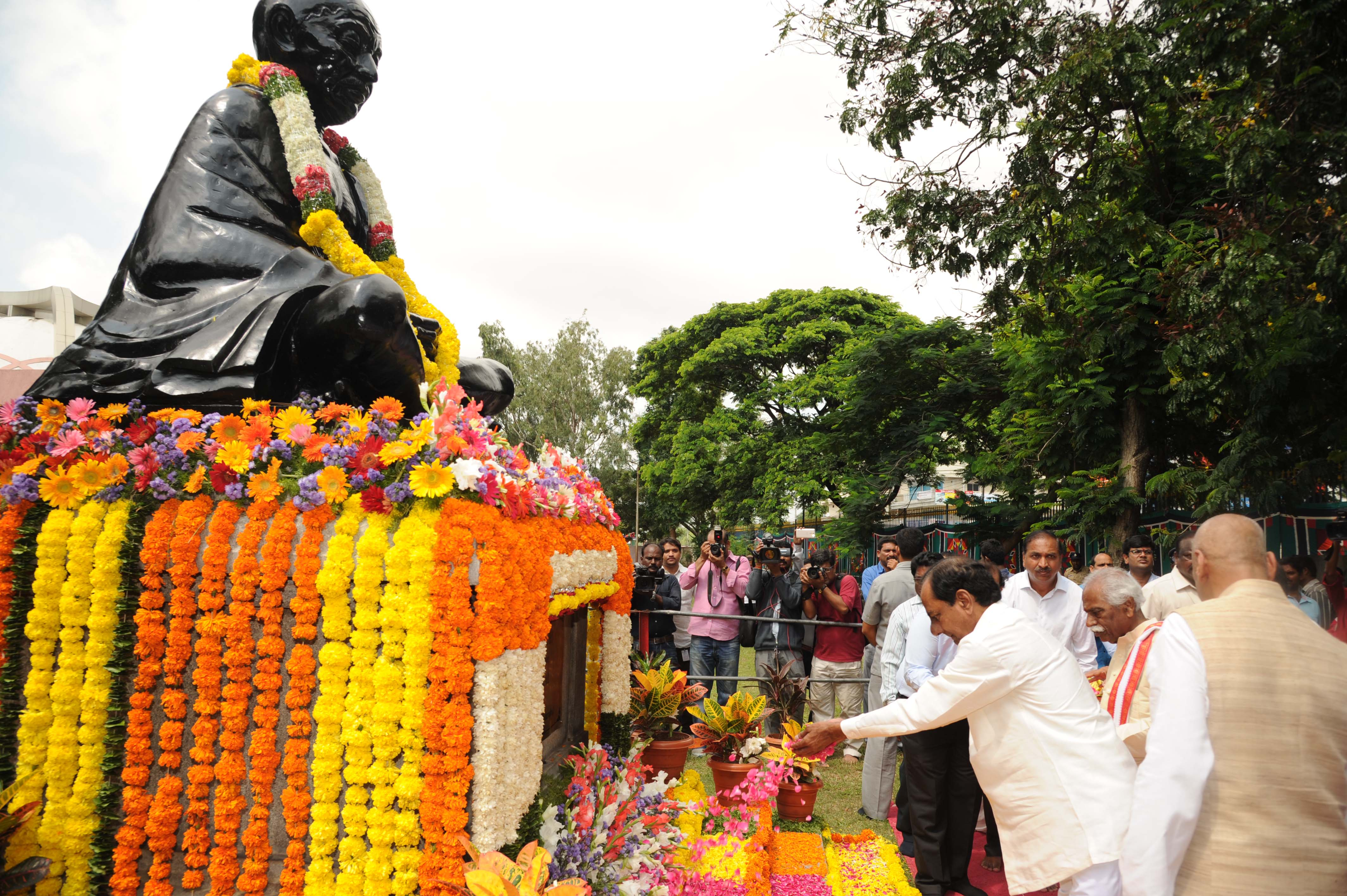 Honourable Governor ESL Narasimhan and TS Chief Minister K.Chandrashekhar Rao paid Floral tributes at Samadi and visited Bapu Memorial building at Bapu Ghat, Langar Houz at 10.30 AM on 02.10.2016.